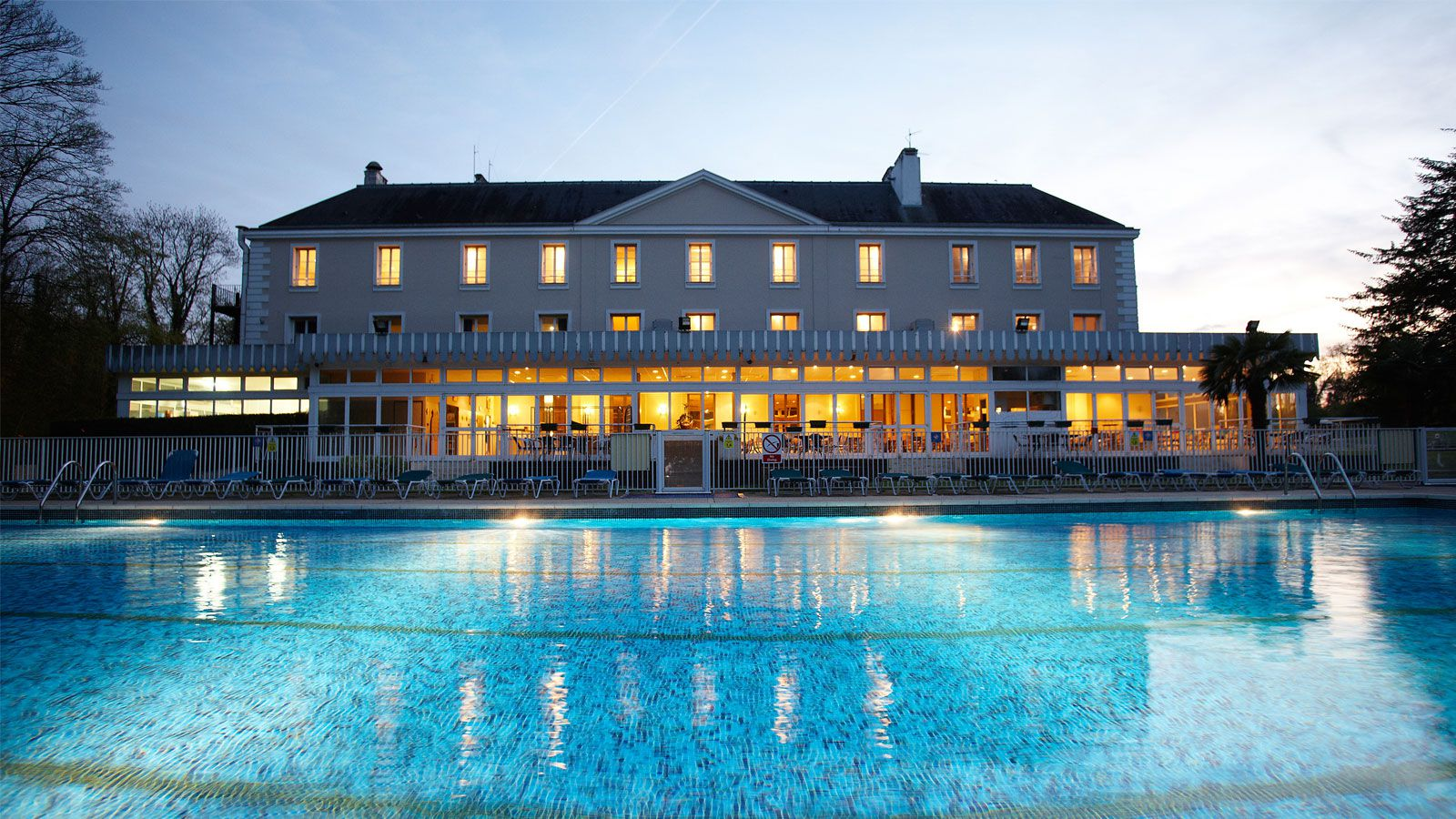Ch teau de grande romaine secondary school trips to paris for Outdoor swimming in paris